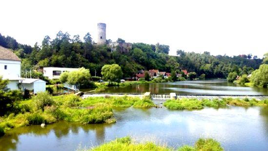Pohled na zříceninu hradu Dobronice z mostu.