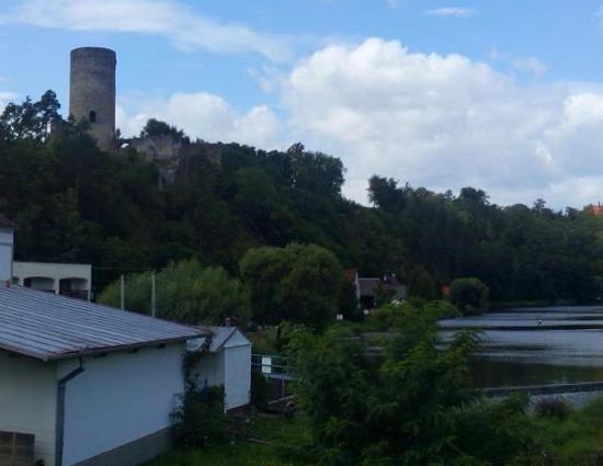 Panoramatický pohled na zříceninu hradu Dobronice z mostu.