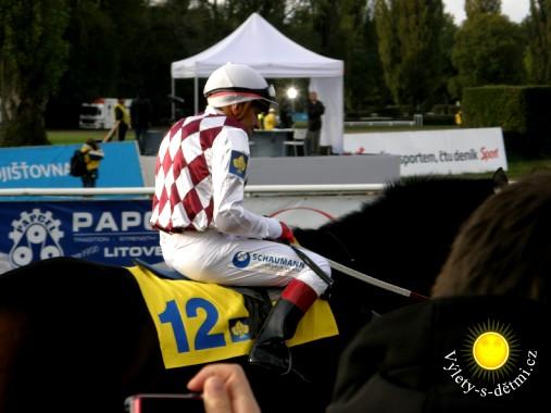 Josef Váňa po doběhnutí dostihového závodu.