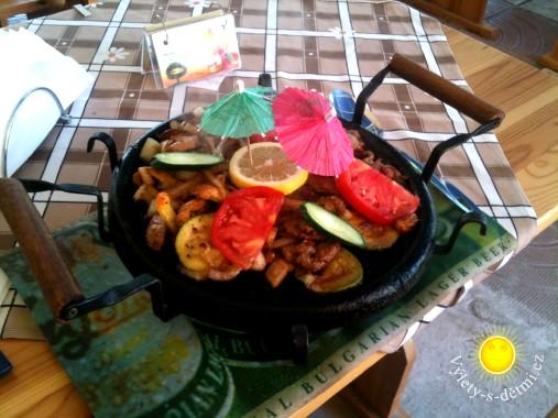 Pánev se zeleninou a masem v restauraci v Primorsku za 8 BGN + 3,5 BGN příloha (tj. 108 + 47,25 CZK).