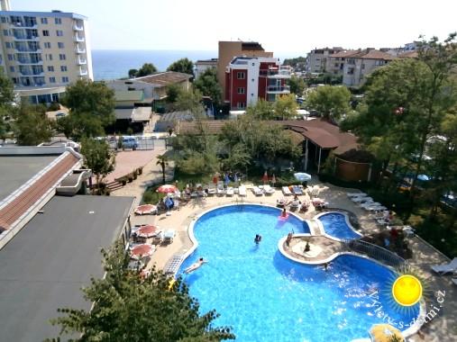 Pohled na bazén z hotelu Belveder