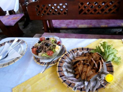 Rybí salát v restauraci v Nesebaru