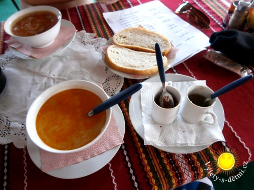 Držková a fazolová polévka v restauraci (spíše stánku) kousek od pláže v Primorsku. Polévka vyjde na 3,6 BGN (tj. 48,60 CZK).