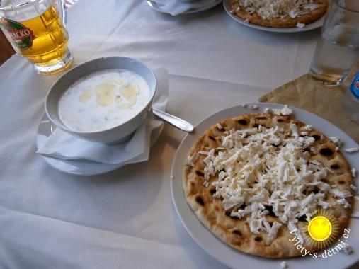 Polévka tarator s chlebem s balkánským sýrem