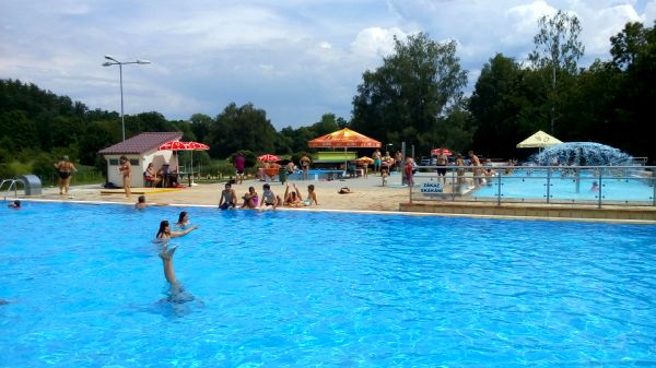 Pohled na hlavní hluboký bazén na koupališti v Milevsku.