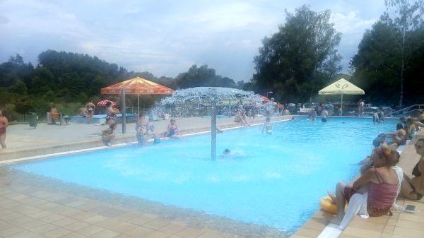 Pohled na dětský mělký bazén na koupališti v Milevsku.