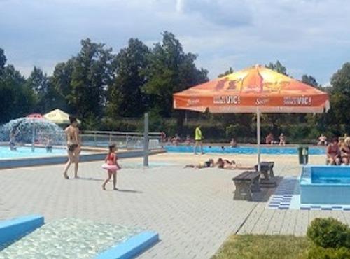 Panoramatický pohled na bazény z druhé strany.