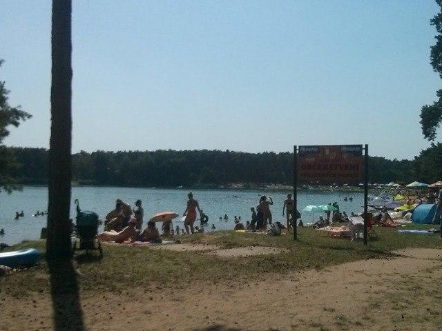 Lidé na pláži u Jezera Lhota.