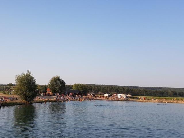 Jezero Konětopy - pohled přes vodu na pláž