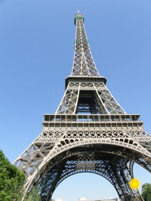 Eiffelova věž v Paříži pohled ze zdola