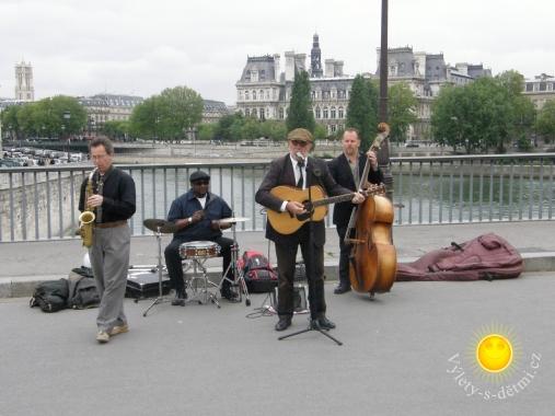 Hudebníci na mostě v Paříži