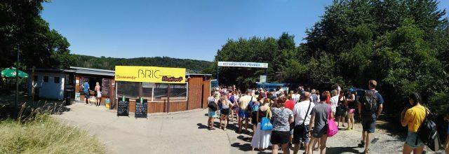 Vstup na Hostivařskou přehradu a pohled na stánek s občerstvením