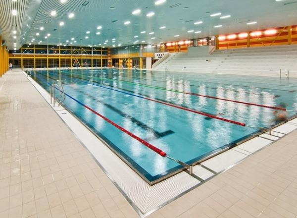 50 metrů dlouhý plavecký bázen v Aquacentrum Šutka.