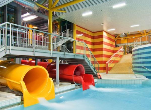 Pohled na tobogány v plaveckém centru Aquacentrum Šutka.