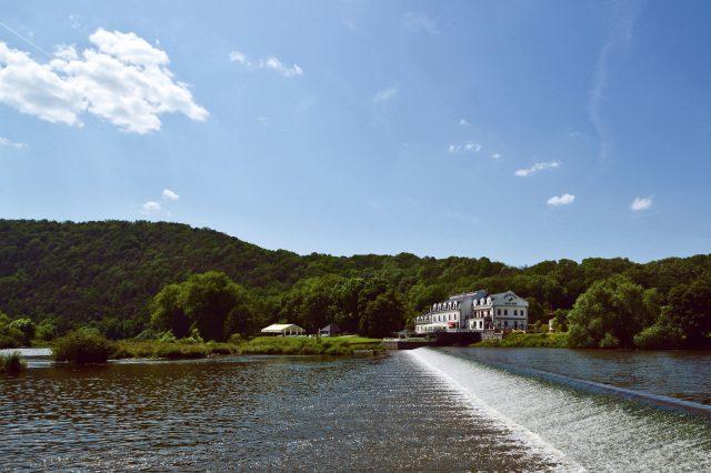 Pohled na Romantický Hotel Mlýn Karlštejn přes řeku