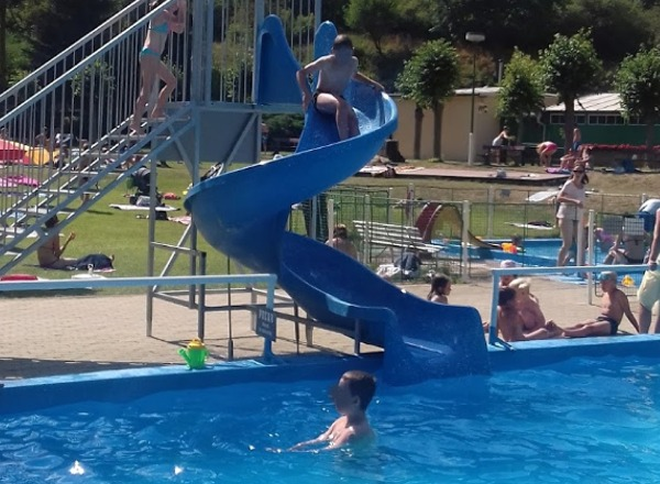 Bazén se skluzavkou na koupališti Divoká Šárka.