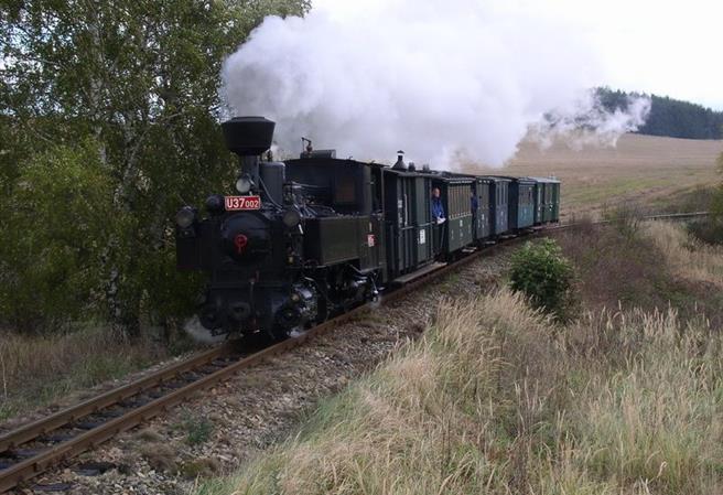 Výletní vlak na Dobříš s lokomotivou LDH 125 Rumun